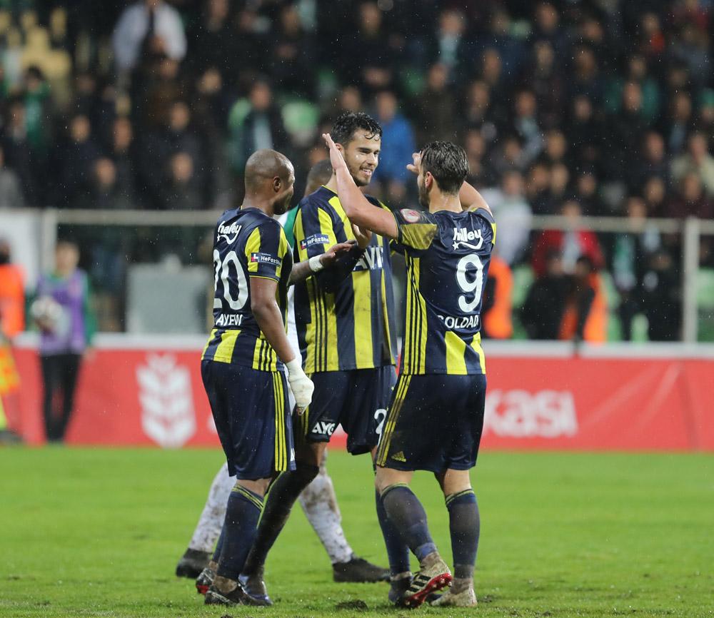 Diego Reyes logró su primer gol con el Fenerbahce