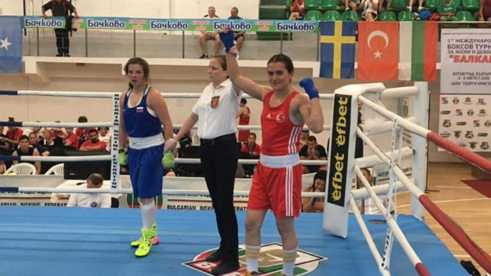 Fenerbahçeli milli boksör Esra Yıldız yarı finalde