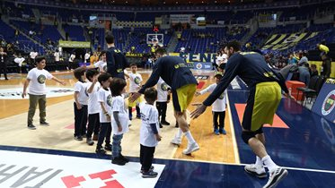 FBÇGK Katılımcıları, Fenerbahçe Beko-Darüşşafaka Tekfen maç önü seremonisinde yer aldı