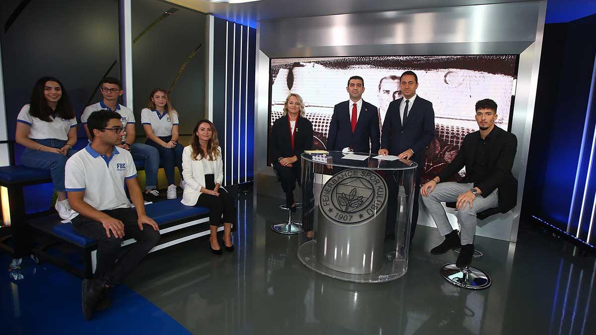 Kalecimiz Altay Bayındır FBTV'de Fenerbahçe Koleji öğrencileriyle beraber Cumhuriyet Özel programına katıldı