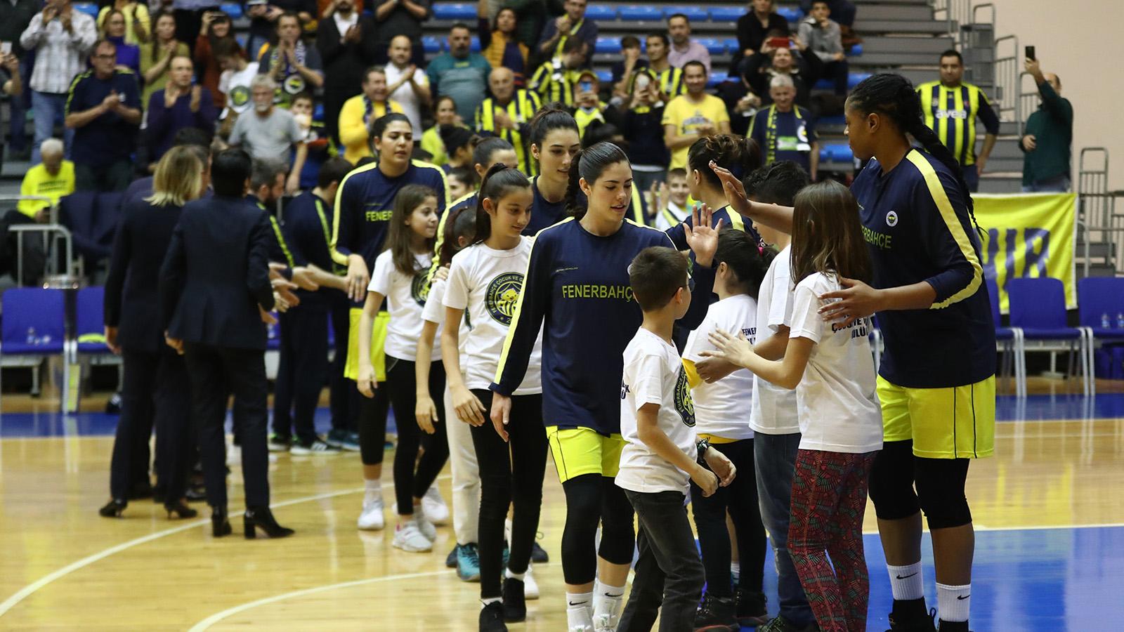 FBÇGK Katılımcıları maç önü seremonilerinde yer almaya devam ediyor