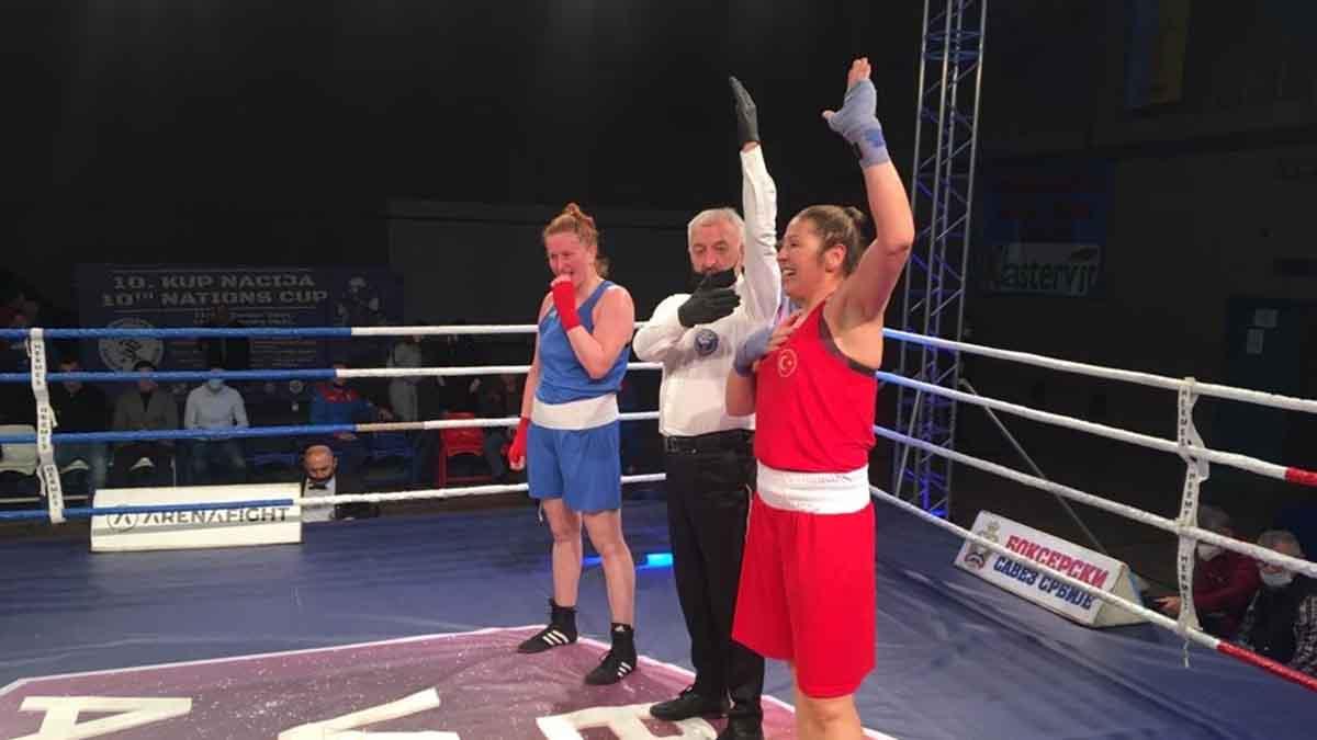 Milli boksörlerimiz Şennur Demir ve Buse Naz Çakıroğlu, Sırbistan'dan madalyayla dönüyor