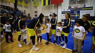 Fenerbahçe - Çukurova Basketbol maç önü seremonisinde FBÇGK katılımcıları yer aldı