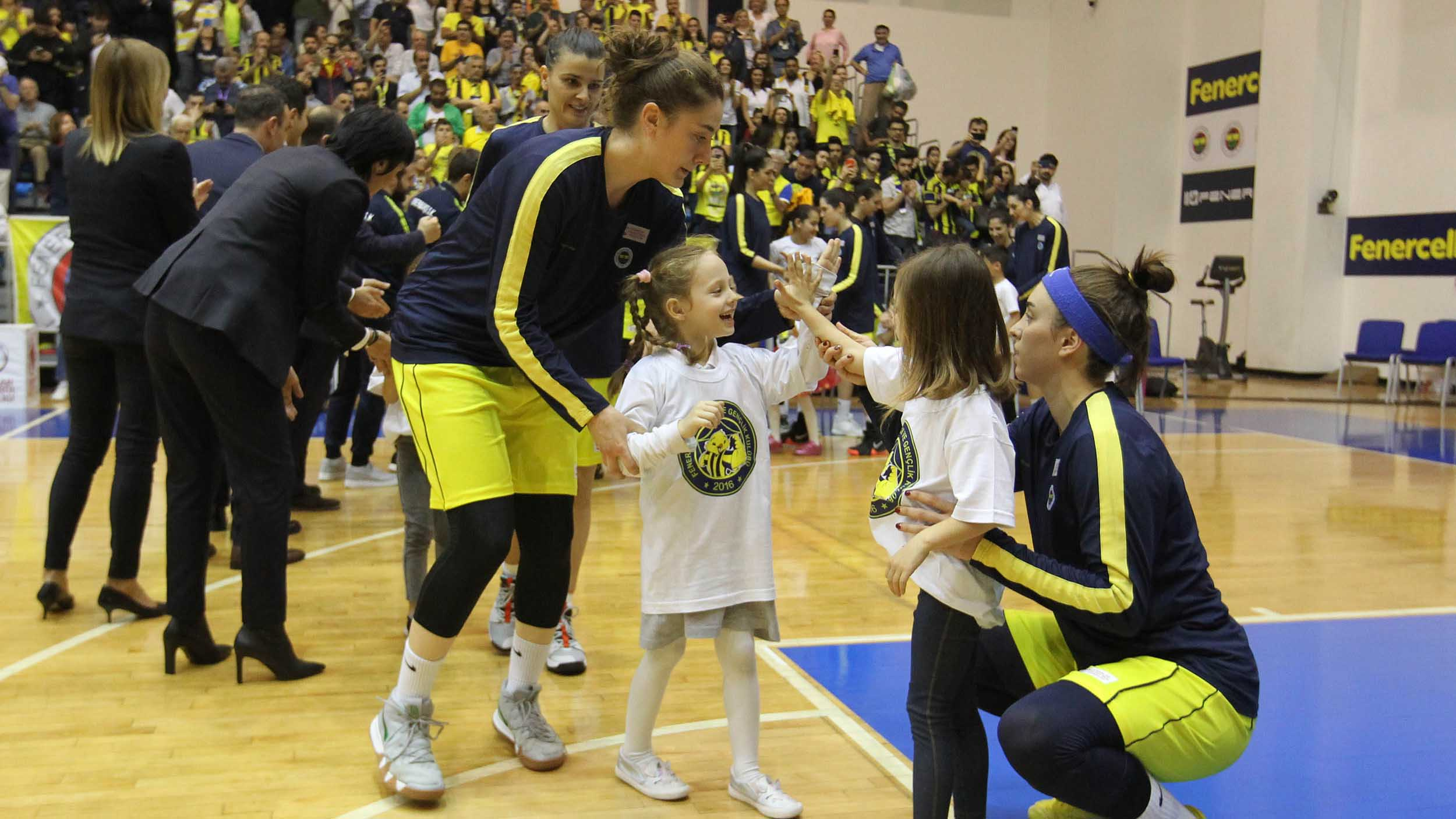 Kadın Basketbol Takımımızın şampiyonluk maçında FBÇGK katılımcıları seremonide yer aldı