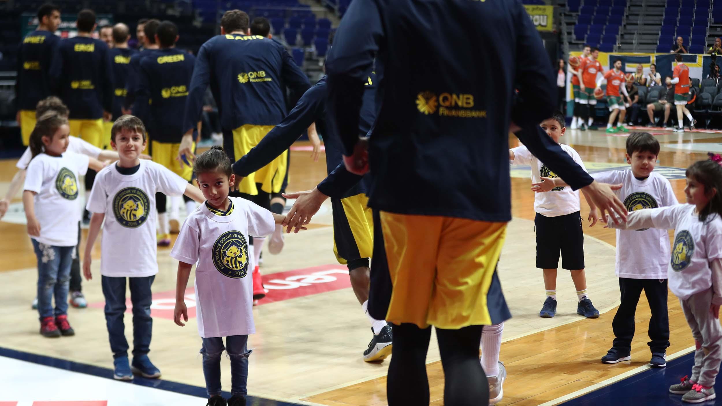 Fenerbahçe Beko - Banvit maçı seremonisinde FBÇGK katılımcıları yer aldı