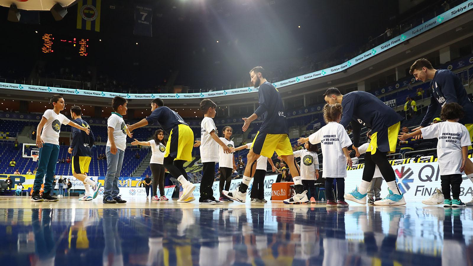 FBÇGK katılımcılarıyla Fenerbahçe Beko maç önü seremonileri başladı