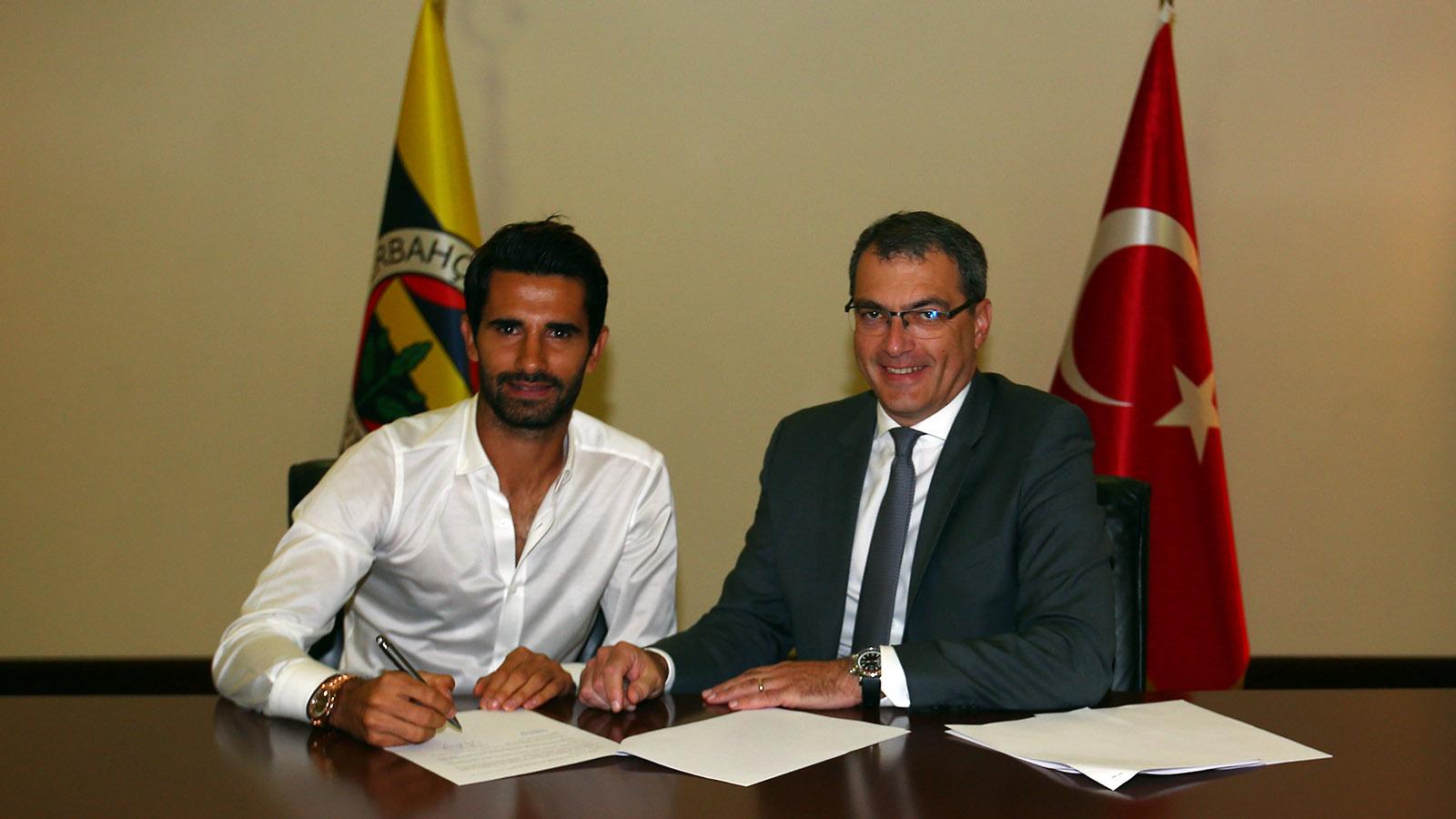 Alper Potuk yeniden düzenlenen sözleşmesini imzaladı