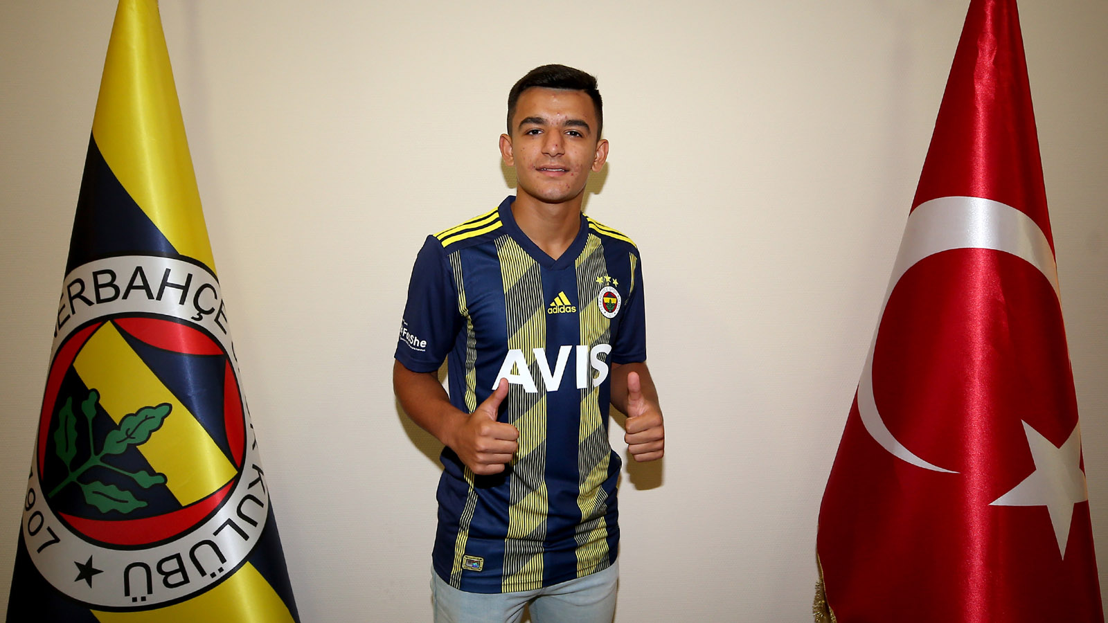 Melih Bostan profesyonel sözleşme imzaladı